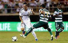 Mesut Ozil menggelecek 2 orang pemain lawan