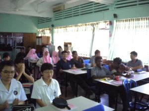 Students of SMK St David was listening to Kolej Sinar's talk